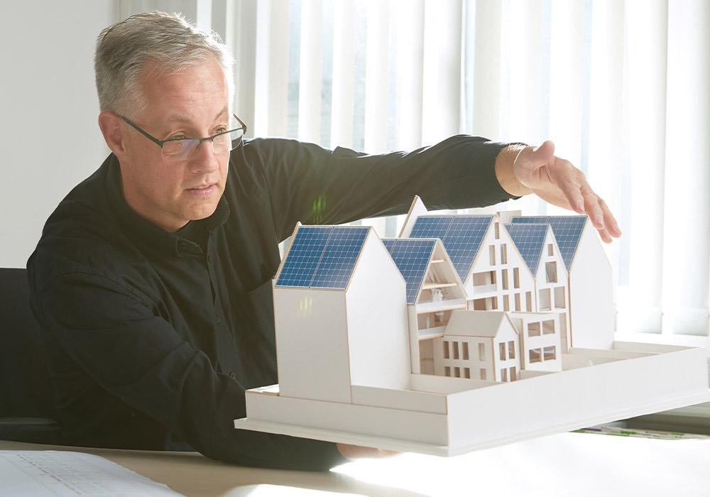 Energielösungen. ein Mitarbeiter visualisiert eine Idee mithilfe einer Miniatur