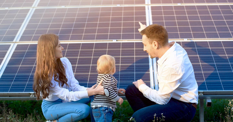 Energielösungen: eine kleine Familie schaut sich Solarplatten aus der Nähe an. Pv-Anlagen ermöglichen E-Mobilität